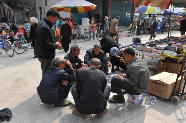 长寿村里的老人虽然年纪半百但却活力十足,生活亦悠哉闲哉。