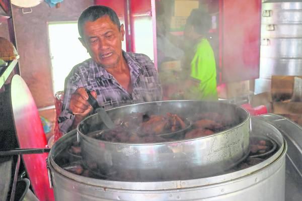 大伯公款待善男信女的客家山宴,多年来都是清一色的由男人掌厨,而且滋味非常好呢!