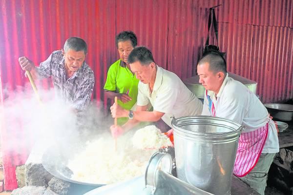 用木柴起火来煮大锅饭 ,起火过程并不是很顺利,要多次才能成功把柴烧。