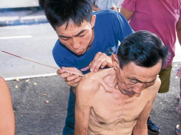 邓双松老伯伯如今已逝世,便由其儿子及徒弟接棒救人。