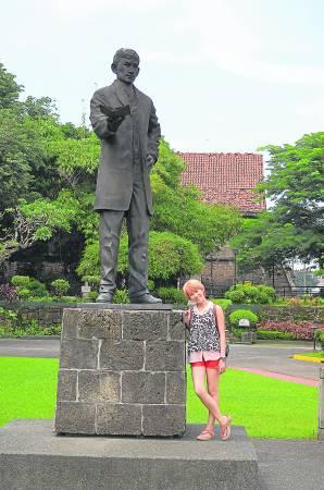 在黎刹广场中央,耸立着菲律宾国父扶西.黎刹(Jose Rizal)铜像。