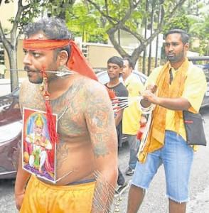 """万兴坛""""谢港""""庆典仪式中,印度乩童和马来传统""""马神""""也参与助兴。"""