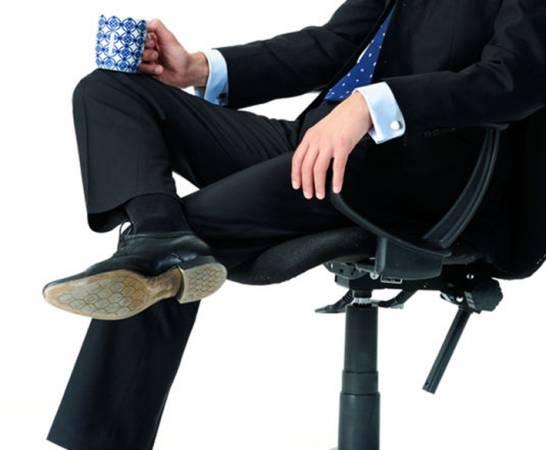 以相学而言,坐立难安的人,易被引诱,故难成大器。