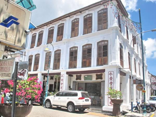 """219年悠久历史的仁爱堂中药店,耗资约200万令吉修复,如今成为1间古迹客栈,并改名为""""仁爱栈""""。"""