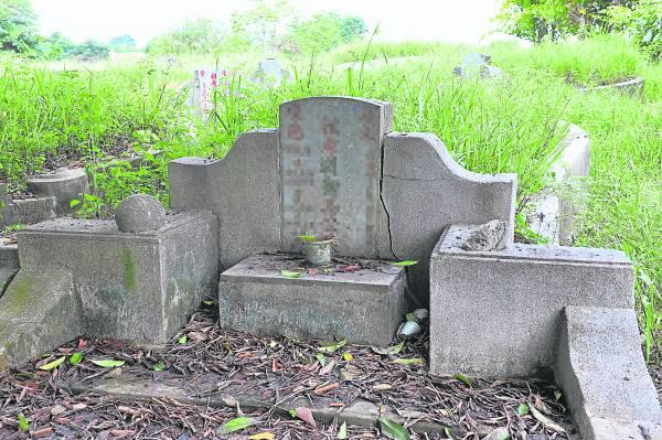 墓碑不同方向出现裂痕,会影响不同排位的子孙,因此绝不能视而不见。