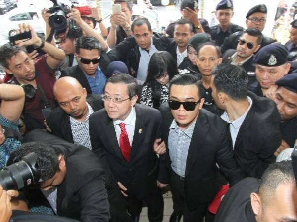 """槟城首席部长林冠英因""""房事风波"""",和其百万豪宅的前屋主彭丽君遭反贪局逮捕后,双双被控上槟城地庭。"""