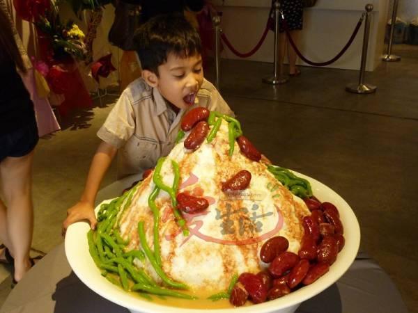 哗~这么大碗的煎蕊,小朋友看了都忍不住想吃一口,但要小心你的牙齿哦!