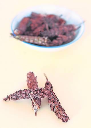 夏枯草,很多人都知道这是清热去火的中草药,但其实它还有很多的功效,如降血压、妇女产后补身、止血,甚至对于夜盲症也有一定疗效。