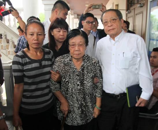 林吉祥(右起)和夫人梁玉治到法庭为林冠英打气,后为林冠英妹妹林慧英。