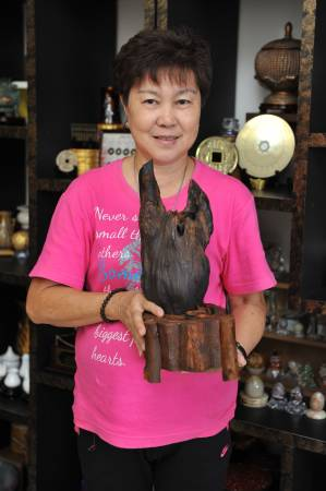 玲姐友人Selina手中捧着的兔子形沉香木,是玲姐心头爱,千金不买。