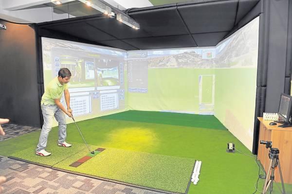练习者可透过3D世界高尔夫球模拟系统,选择场地练球。