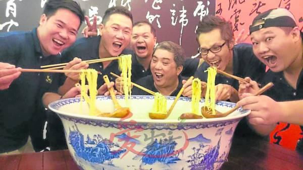 My Voice Cafe的5位股东人分别是黄裕谦(右一),董建志,陈伟良,Khaw Guan Chai ,Lay Thuan Soon。