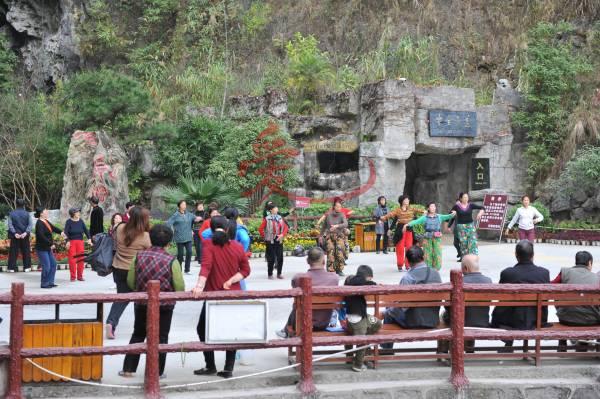 百魔洞高负离子空气,吸引候鸟人每天在这里聚集运动,跳健康舞。