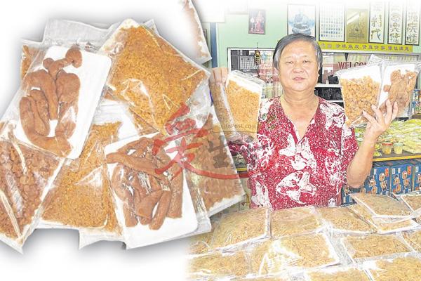 """李庆福手持的就是深获旅客喜爱的""""蜜糖菜脯""""。"""