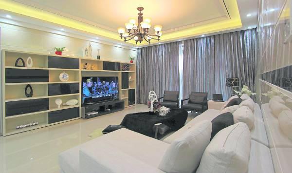 客厅是家中的主位,所以客厅设计必须符合风水格局,例如将沙发靠墙,做事才有靠山。