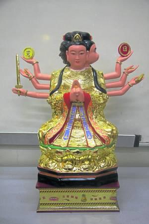 斗姆是道教所尊奉的一位与众不同的大神,额头上长着三只眼睛,肩膀上有四个头,八只胳膊分别拿着各种法器,这种造型在道教艺术中是非常罕见的。