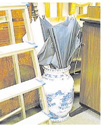 将贵重物品藏在花瓶内,贼人一样会找到的。