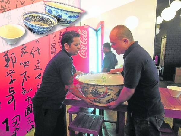 大碗拉面的碗基本上分为16寸(两人吃)、18寸、19寸,而巨型的大碗重约 40公斤,需要劳动两名彪形大汉才能够扛得起。