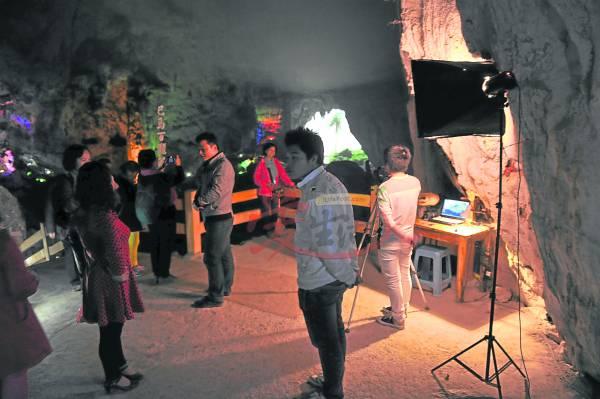 """百魔洞内设有专业""""摄影棚"""",让游客能拍照留念。"""