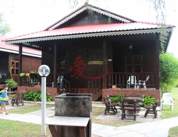每间旅舍设有小阳台、休憩座位和烧烤台。