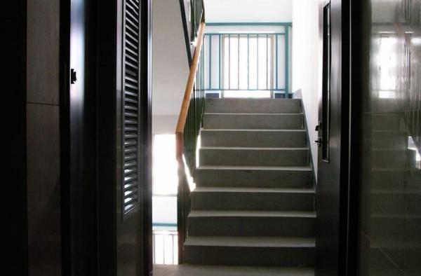 """楼梯对正大门表示""""直出直进"""",会让影响主人家的财运,无法守财。"""