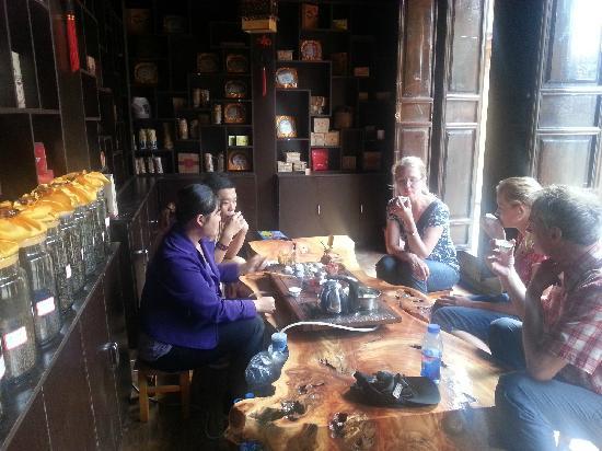 只要有旅行团到中国,导游都会带团员到茶馆品茗各种茶,尤其是特种茶——虫茶。