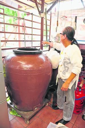 重达200公斤的大瓦缸, 如一般成人的身高。大瓦缸里有三层, 可同时煨汤、煨菜、煨海鲜等菜肴。
