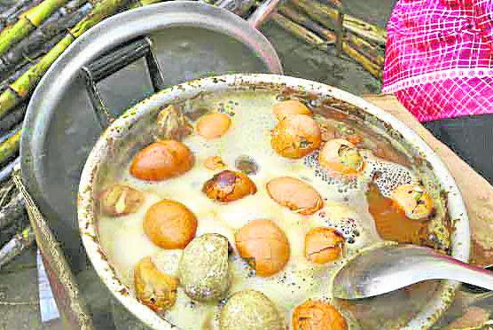 童尿蛋就是用童子尿煮的鸡蛋,一到春天卖童子蛋的小摊遍布中国东阳大街小巷。