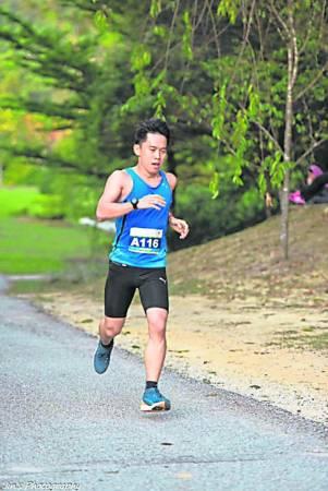 """跑过100公里的李迪威说:""""纵使马拉松是一项煎熬的运动,但跨越终点那刻的兴奋,是让人期待的。"""