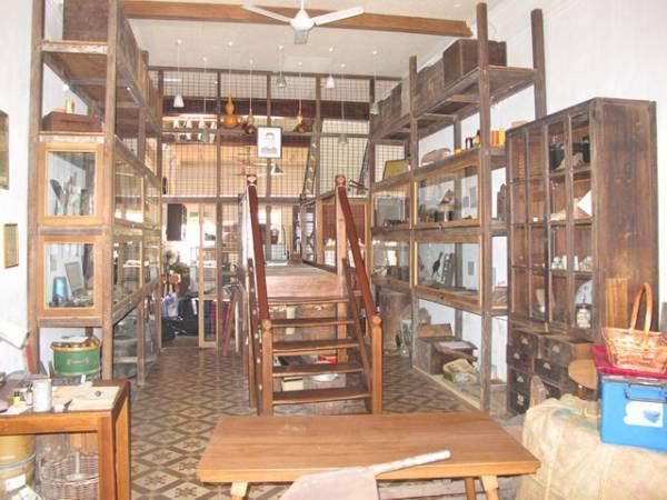 """""""仁爱栈""""把当初仁爱堂里的一切古老家具都保留下来,别具一番风味。"""