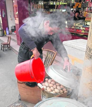 在不少东阳人眼里,用童子尿烹煮的蛋,是春季进补的不二之选。卖童尿蛋的也总会告诉你,吃了童尿蛋,春天不会犯困,夏天不会中暑。