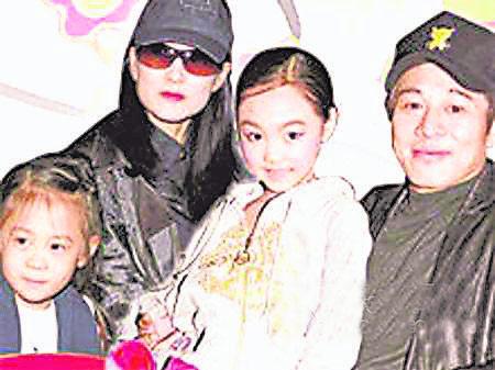 李连杰与利智一家四口,两个女儿都遗传了母亲的标致。