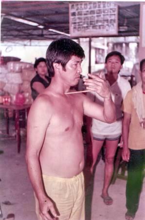 30年前,记者曾目睹黄锦坤师父表演鼻孔插钉、筷子插喉咙神功绝技,当时震惊全场,每个人都拍案叫绝。