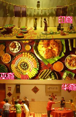 米绘地画、油灯、坐在地上享用美食都是象征印度人的生活文化;圆桌带有团圆的意义,所以华人的家庭喜欢圆形的饭桌;马来人的竹筒饭、沙爹、咖喱鸡是否很美味?这是不是你也爱吃的食物呢?