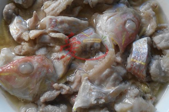 """""""五花一夜情"""",令人多么有遐想。但是,别误会,这乃是广东渔民的一道农家菜,是由五花肉和红衫鱼配搭而成。】"""
