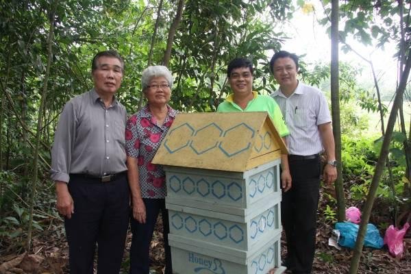 """这四位来自霹雳州的华人先""""蜂""""代表,合资开始养蜂采蜜的事业,掀起一股热潮。"""