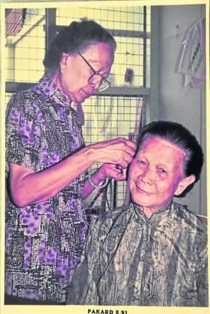 许文清的母亲则在店后帮人挑耳根,店里每天都座无虚席。