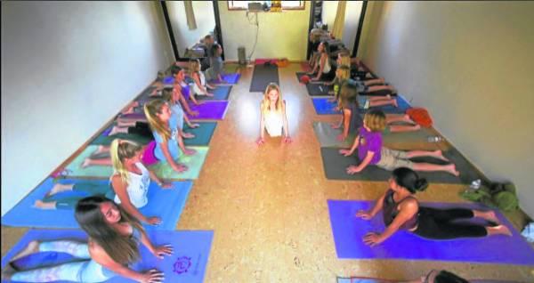 热衷瑜伽,让这位年仅14岁的女童更显个性沉稳。