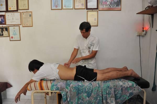 """脊椎移位,问题可大可小,轻则腰酸背痛,重则呼吸困难,连走路也没力。然而,郭医师十单凭一双""""神手"""",不用开刀动手术就可以让移位的脊椎归位。"""