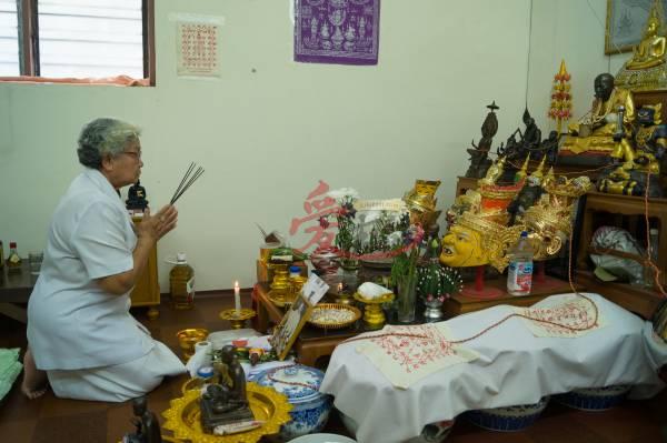 Mae Ood在施法前必先进行祭拜亚赞丰的仪式。