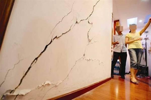 家里的墙壁有裂缝,寓意有人生病或会有意外发生,未免有不愉快事情发生,还是赶快修补好裂缝吧!