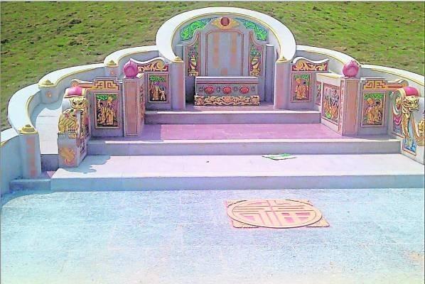 家境富裕的人,都会把祖坟设计得富丽堂皇,然而,坟墓图腾非常重要,因为有不同的意喻,如果放错图腾,后果不堪设想。
