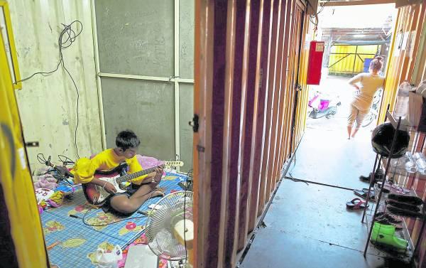 泰国首都大曼谷地区是国家经济命脉,近郊地带也被带动发展,处处可见楼盘工程,因而出现了这类货柜村,供外籍劳工居住。