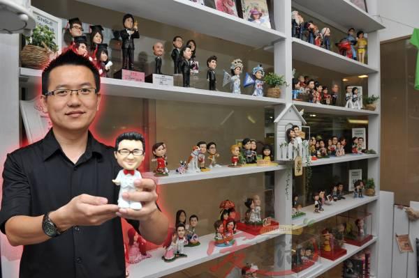 """塑型公仔已经成为一个潮流趋势,吸引了许多年轻人争购订制。""""阿雷西""""的老板陈俞宏表示,不少顾客特别订制一对塑型公仔,用来向女友求婚,又或者当作结婚纪念品。"""