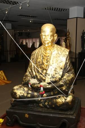 """""""新加坡古佛佛行""""里的百年古佛像全已经过高僧开光,因此汇聚了强大的灵力。曾有人来这里虔诚参拜古佛后,赌运超好;也有人膜拜后,惨淡的生意突然变好。"""