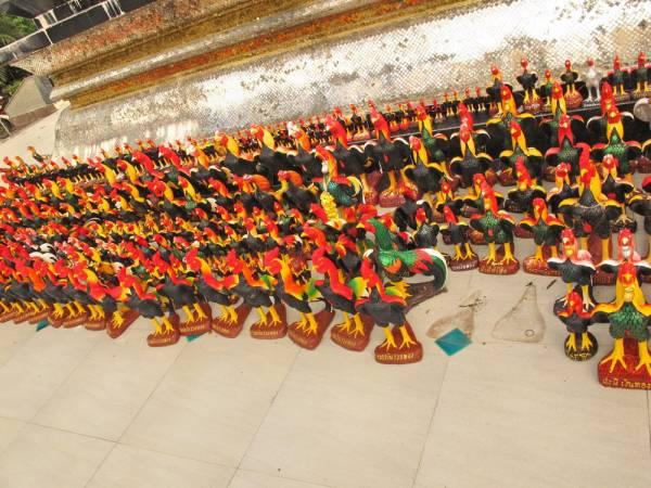 在郑王大帝塑像神龛上及四周围空地上,放置了数以千计的善信买来答谢祂的雕塑公鸡。