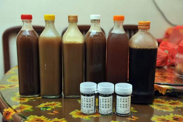 桦姐依照师父留传给她的百年传统药方,煲煮药汤给患者饮用,各药方各有功效。有病治病,无病保健。