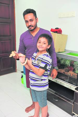 """果然是""""有其父,必有其子"""",Amjad 大儿子一 点也不怕蛇!Amjad也教导他蛇的品种,分辨毒蛇以及无毒蛇。"""