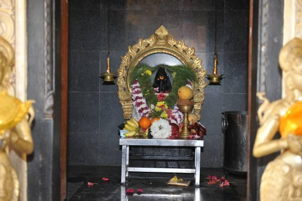 买芒果拜孔雀神与象神,祂们最开心,但务必记得,这两尊神都必须要有芒果供奉以示公平。