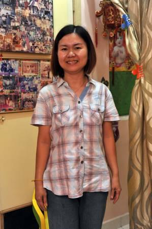 跟随母亲桦姐学习推拿已有数年的吴金叶,如今也尽得桦姐的真传,加入推拿行列